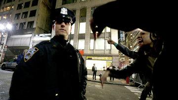 Полицейский и протестующие на улицах Нью-Йорка