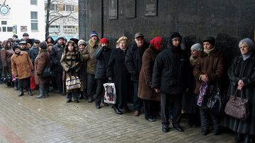 Пенсионеры в очереди в Донецке, Украина. Архивное фото.