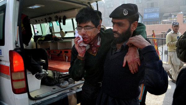 Студент, получивший ранение в результате захвата боевиками военного училища в Пакистане. Архивное фото