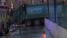 Полицейские перекрыли улицу в Глазго, где мусоровоз сбил шесть человек