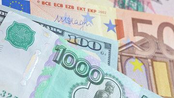 Евро, рубли и доллары. Архивное фото