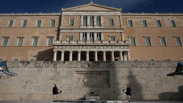 Гвардейцы у здания греческого Парламента в Афинах. Архивное фото.