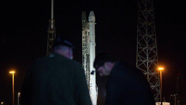 Ракета Falcon 9 с космическом грузовиком Dragon на мысе Канаверал, 6 января 2015