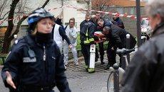 Эвакуация раненных при стрельбе в офисе издания Charlie Hebdo в Париже