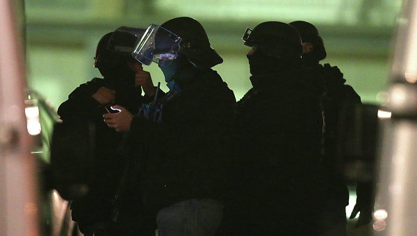 Полицейский спецназ в пригороде Парижа. Архивное фото