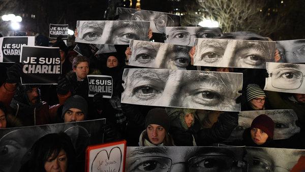 Жители Нью-Йорка вышли на Юнион-Сквер в память о жертвах нападения на редакцию журнала Charlie Hebdo в Париже. Архивное фото