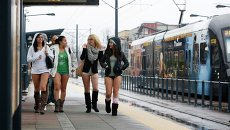 Девушки без штанов на железнодорожной станции во время ежегодной акции в метро без штанов