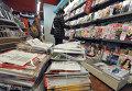 Женщина возле стенда с журналами в одном из книжных магазинов Франции