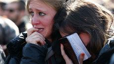 Девушки на похоронах евреев, погибших в результате терактов в Париже