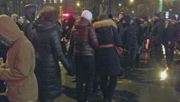 Люди у станции метро Автозаводская после сбоя движения поездов на зеленой ветке