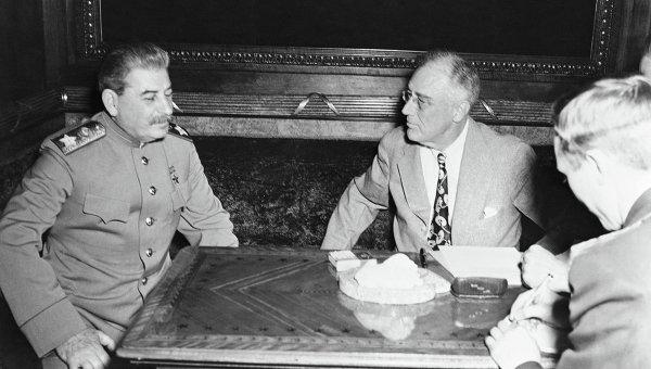 Маршал Иосиф Сталин и президент Франклин Рузвельт на совещании в Ялте. Архивное фото