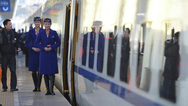 Китайские проводницы возле скоростного поезда в Урумчи, Китай. Архивное фото
