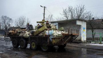 Украинские военнослужащие на БТР у деревни Орловка под Донецком. Архивное фото