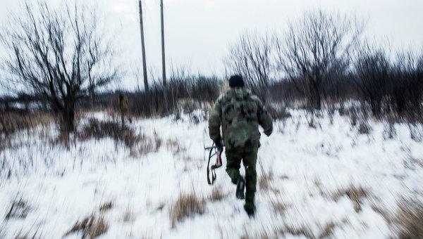 Ополченцы Донецкой народной республики патрулируют территорию возле города Дебальцево
