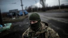 Украинский солдат стоит на дороге между Дебальцево и Артемовском. Архивное фото