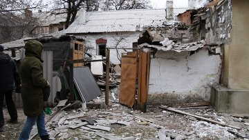 Дом, пострадавший в результате обстрела в Ленинском районе города Донецка. Архивное фото