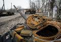 Сгоревший танк на улице Углегорска
