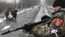 Местные жители приветствуют ополченцев в Углегорске