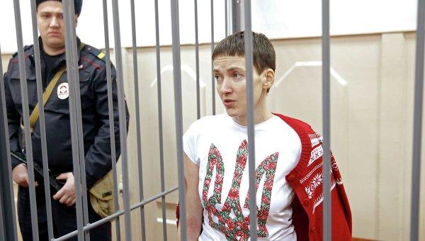 Украинская летчица Надежда Савченко, обвиняемая в причастности к убийству российских журналистов, во время заседания в Басманном суде Москвы