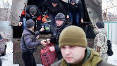 Добровольцы собираются на военной базе в Донецке в первый день мобилизации
