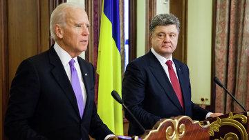Вице-президент США Джо Байден (слева) и президент Украины Петр Порошенко во время пресс-конференции