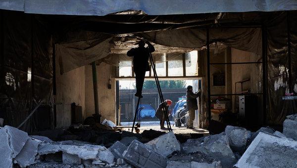 Разрушения в Донецке, вызванные попаданием снарядов, выпущенных со стороны позиций ВСУ. Архивное фото