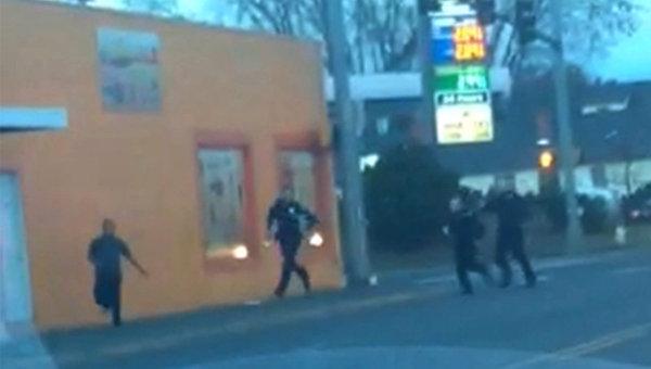 Момент задержания бездомного сотрудниками полиции штата Вашингтон