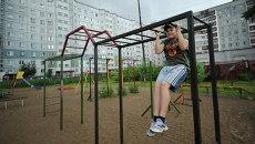 Подросток подтягивается на брусьях в одном из дворов в Архангельске. Архивное фото
