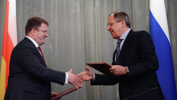 Министры иностранных дел России и Южной Осетии Сергей Лавров и Давид Санакоев во время встречи в особняке МИД РФ в Москве
