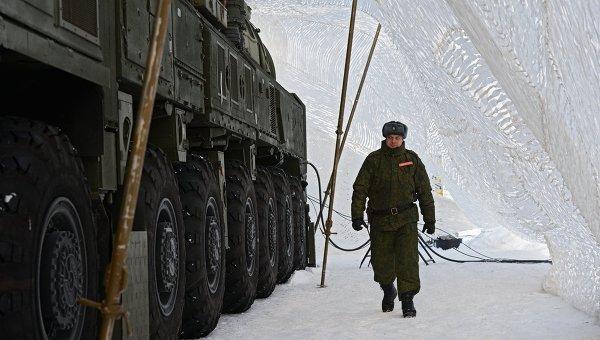 Военнослужащий ракетных войск стратегического назначения у МБР РС-24 Ярс