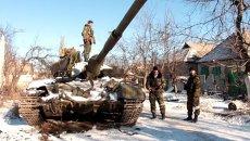 Ополченцы показали оставленные украинской армией танки и оружие в Дебальцево