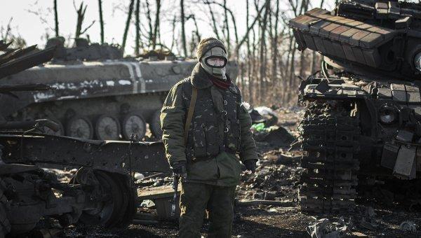 Ополченец Донецкой народной республики в окрестностях Дебальцево Донецкой области