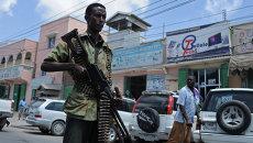 Солдат правительственных войск Сомали патрулирует одну из улиц Могадишо. Архивное фото