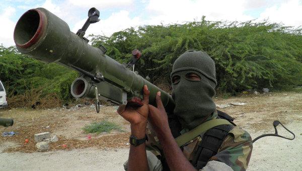 Член группировки Аш-Шабаб во время тренировки на севере Могадишо, Сомали