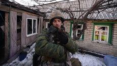Ополченец Луганской народной республики (ЛНР) подобрал котенка в Чернухино