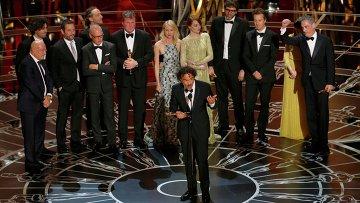 Алехандро Гонсалес Иньярритe получает Оскар за лучший фильм