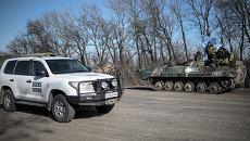 Автомобиль ОБСЕ проезжает мимо украинских военных в окрестностях Артемовска. Украина, 23 февраля 2015