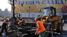 Работники коммунальных служб убирают мусор на площади Независимости в Киеве