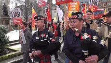 Под звуки волынок пожарные с плакатами прошли по улицам Лондона
