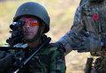 Британский военный инструктор обучает солдата