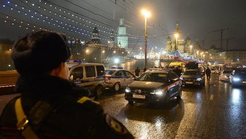 Полицейские машины на месте убийства политика Бориса Немцова