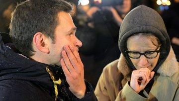 Илья Яшин и Ксения Собчак на месте убийства политика Бориса Немцова