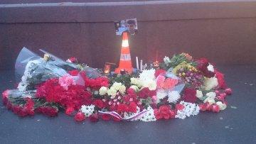 Цветы и фото на месте убийства Бориса Немцова в центре Москвы
