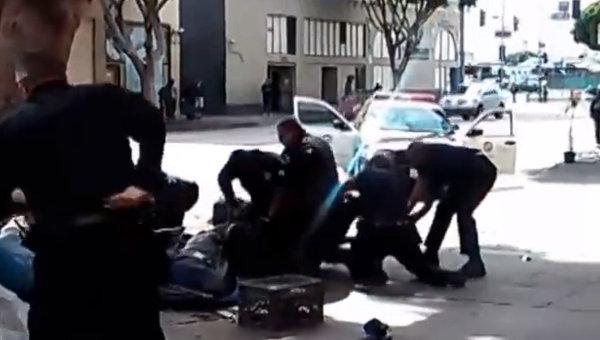 Кадр из видео с убийством бездомного сотрудниками полиции