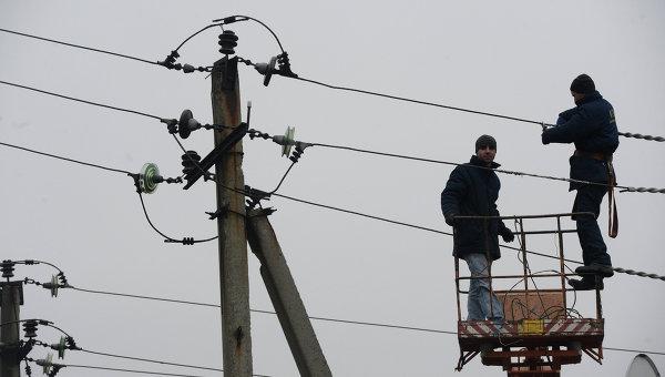Ремонт линий электропередачи, поврежденных во время боевых действий в городе Дебальцево