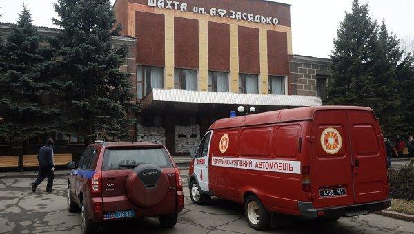 Прохожий у входа на шахту имени А.Ф. Засядько в Донецке