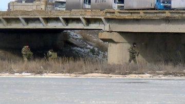 Украинские солдаты под мостом через залив Чонгар