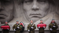 Перезахоронение останков солдат. Архивное фото