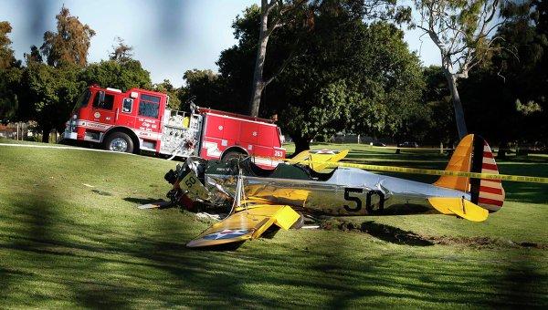 Самолет, пилотируемый актером Харрисоном Фордом, разбился в США