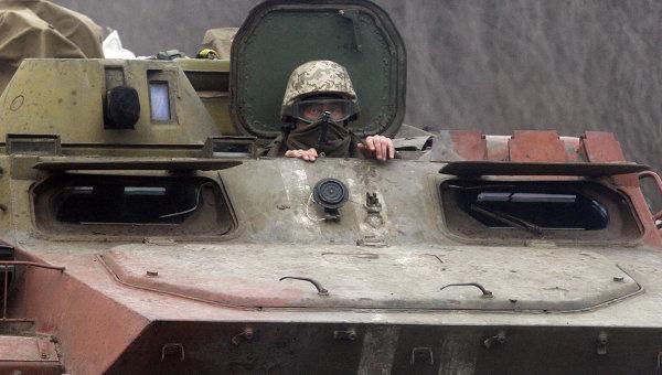Украинский военный на бронемашине. Архивное фото